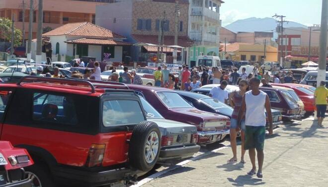 Foi grande o movimento de público e carros em exposição