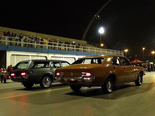 Ao lado de um sedan, uma rara perua. Modelo foi desenvolvido por uma concessionária Ford a partir de modelos convencionais